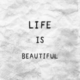 La vida es hermosa en el papel arrugado gris Fotos de archivo