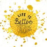 La vida es mejor cuando usted está riendo en acuarela que el fondo amarillo pintado con salpica Imagenes de archivo