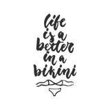 La vida es una mejor en un bikini - cita dibujada mano de las letras aislada en el fondo blanco Inscripción de la tinta del cepil libre illustration