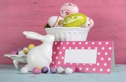 La vida feliz de Pascua aún con el conejito y el regalo marcan con etiqueta Imagenes de archivo