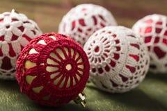 La vida hermosa de la Navidad todavía con knitten bolas Fotos de archivo libres de regalías
