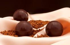 La vida inmóvil con los caramelos de chocolate Imagen de archivo