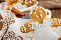 La vida inmóvil en la Navidad del tema o Año Nuevo - panes de jengibre hechos en casa de la Navidad con una taza de café Fotografía de archivo libre de regalías