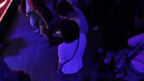 La vida nocturna de la gente joven, atmósfera del club de noche, individuos cuelga hacia fuera almacen de video