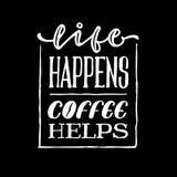 La vida sucede cartel de la cita de la tipografía de las letras de la mano del vintage de las ayudas del café Imagen de archivo libre de regalías