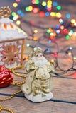 La vida todavía del Año Nuevo con la figura y una guirnalda de Papá Noel Imagenes de archivo
