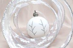 La vida todavía del Año Nuevo de las bolas blancas y de la cinta decorativa del Año Nuevo Imagenes de archivo