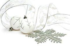 La vida todavía del Año Nuevo de las bolas blancas y de la cinta decorativa del Año Nuevo en un fondo blanco Fotografía de archivo libre de regalías