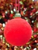 La vida todavía del Año Nuevo de las bolas y de la malla decorativa del Año Nuevo Fotografía de archivo libre de regalías