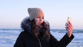 La video comunicazione, bella ragazza utilizza il telefono cellulare per parlare su Internet al viaggio video d archivio