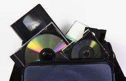 La videocassetta di stoccaggio di media lega la borsa con un nastro del dvd del CD Fotografie Stock Libere da Diritti