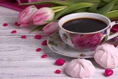 La vie élégante de jour du ` s de Valentine avec la tasse de fleurs de tulipe de forme rouge de coeur de guimauve de coffe se con Photographie stock