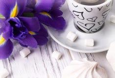 La vie avec la tasse de l'iris de guimauve de coffe fleurit toujours le ruban pourpre sur le fond en bois blanc mariage Rose roug Photo libre de droits