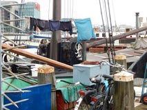 La vie chaotique sur un bateau à Amsterdam photographie stock