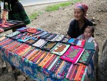 La vie courante de Mhong vendant l'artisanat Photographie stock