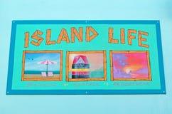 La vie d'île, carte postale, mur, graffiti, peintures murales, dessins, art de rue, tenue de plage, sandales, Key West Photos libres de droits