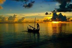 La vie d'île des Maldives voyagent en le petit bateau Images stock