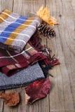 La vie d'automne (chute) toujours avec des écharpes Image stock
