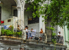 La vie dans des bâtiments de vintage en Havana Cuba Image libre de droits