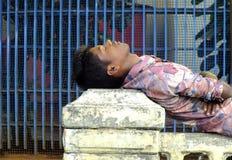 La vie dans l'Inde : homme dormant dans la rue Images stock