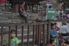 La vie dans la zone sûre après le tremblement de terre 2015 du Népal Image stock