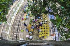 La vie dans un train circulaire de Yangon Myanmar de station de train, voyage de l'Asie photo libre de droits