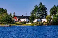 La vie de camping avec des caravanes en parc naturel par le lac Photos libres de droits