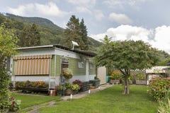 La vie de camping avec des remorques en parc naturel alpin Photo stock