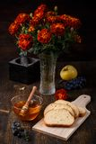 La vie de distillateur de chute d'automne avec du miel dans un bol en verre image libre de droits