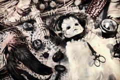 La vie de distillateur de cru avec la poupée effrayante de vaudou dans la robe de jeune mariée, la bougie noire, la croix et les  image libre de droits