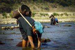 La vie de l'femmes dans le côté de rivière Images libres de droits