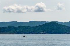 La vie de l'homme de pêcheur dans l'océan Photographie stock