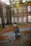 La vie de l'homme sans abri vivant dans les rues Image libre de droits