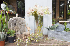 La vie de la jeune mariée de rougissement proten toujours des fleurs avec la décoration images stock