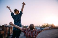 La vie de liberté Couples gratuits heureux sur le toit Photographie stock libre de droits