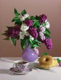 La vie de lilas et de butées toriques toujours Photos stock