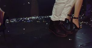 La vie de nuit dans le club, se ferment vers le haut de la vue des jambes sur le poteau de danse clips vidéos