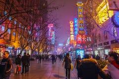La vie de nuit des personnes marchant dans la rue de marche de route de Nanjing dans la porcelaine de ville de hai de shang photos stock