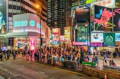 La vie de nuit sur Hong Kong Island Paysage urbain de Hong Kong de nuit avec l'éclairage routier et l'encombrement de personnes images libres de droits