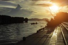 La vie de pêcheurs de silhouette la beauté de la nature images stock
