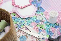 La vie de Stilll de l'édredon faisant le tissu et les accessoires image stock