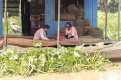 La vie de village dans un village de flottement près de Siem Reap Images stock
