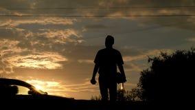 La vie de ville au coucher du soleil silhouettes Les gens traversent la route sur un passage pour piétons, voitures passent par U banque de vidéos