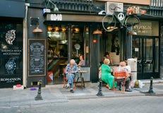 La vie de ville avec du café traditionnel de matin des aînés Image libre de droits