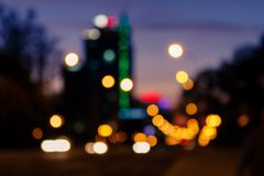 La vie de ville brouillée de nuit, circulation routière, illuminent Fond de coucher du soleil Photo stock