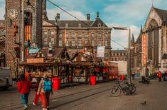 La vie de ville d'Amsterdam avec la foire d'amusement Photos stock