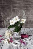 La vie de vintage fleurit toujours sur la table blanche rustique Photos libres de droits