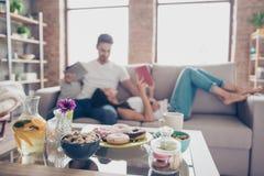 La vie douce et couples doux dans l'amour La nourriture est à un foyer sur le b Photo stock