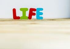 La vie en bois colorée de mot avec background5 blanc Images stock