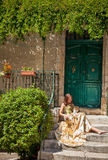 La vie en Provence. Femme s'asseyant sur le porche et frottant un chat photos libres de droits